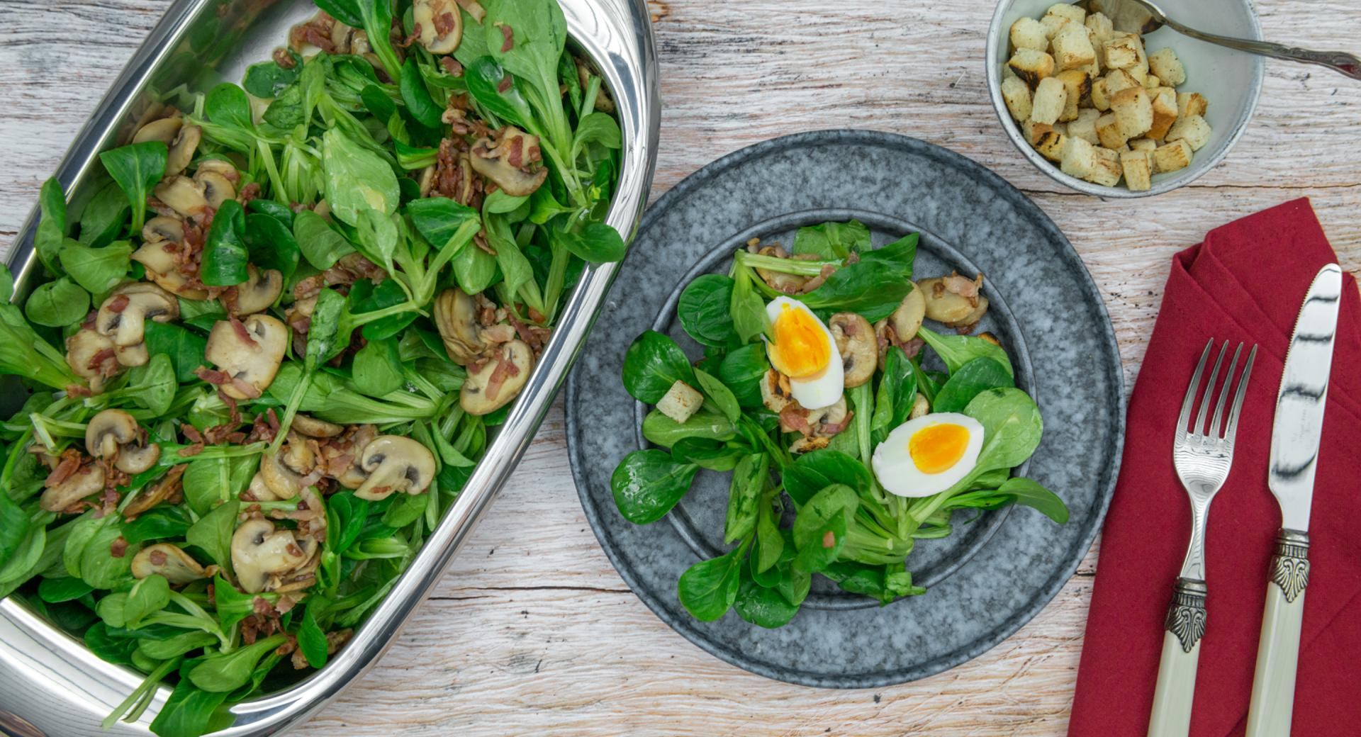 Lamb's lettuce with bacon and mushrooms