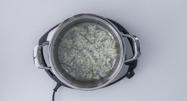 Place onion and garlic in pot and close with the lid. Set Navigenio at level 6. Switch on Audiotherm, fit it on Visiotherm and turn it until the roasting symbol appears.