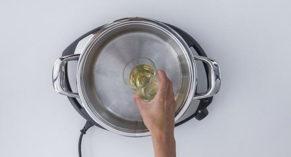 Add white wine to the pot, insert the Softiera insert in the pot and close with the EasyQuick with 24 cm sealing ring.