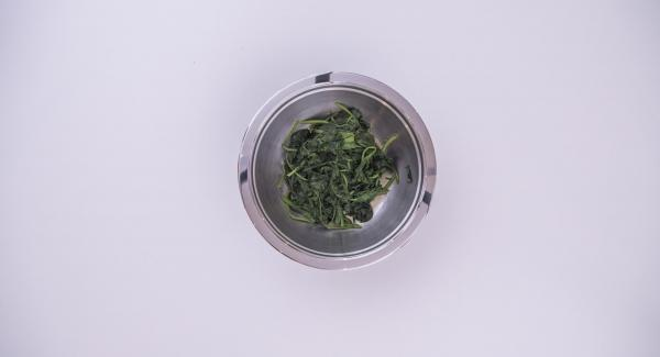 At the end of cooking time, take out the spinach, drain it and leave to cool inside the Combi Bowl.