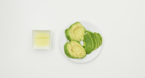 Squeeze the lime, clean the avocado, cut into slices and sprinkle with lime juice.