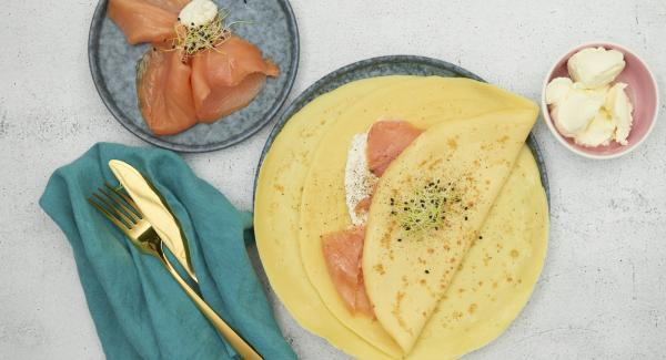 Spread the cream cheese mixed with horseradish and smoked salmon over the cooled crêpes.