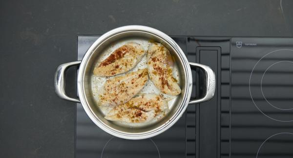 Turn, season and turn off the heat. Leave to simmer with lid for approx. 10 minutes.