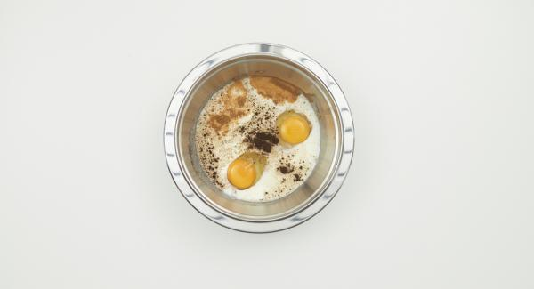Whisk milk and eggs with sugar and spices and pour over the yeast bun slices in the combi bowl.