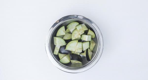 Cut eggplant into large pieces and put them in the Softiera insert 24 cm.
