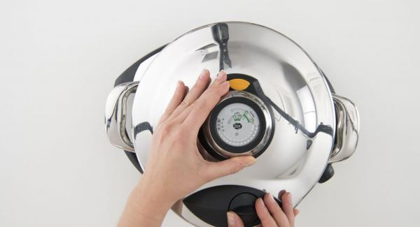 Place pot on Navigenio and set it at level 6. Place the eggplant in the Softiera, pour approx. 150 ml water into the pot and place Softiera insert inside. Close with Secuquick softline. Switch on Audiotherm, fit it on Visiotherm and turn it until the soft symbol appears.