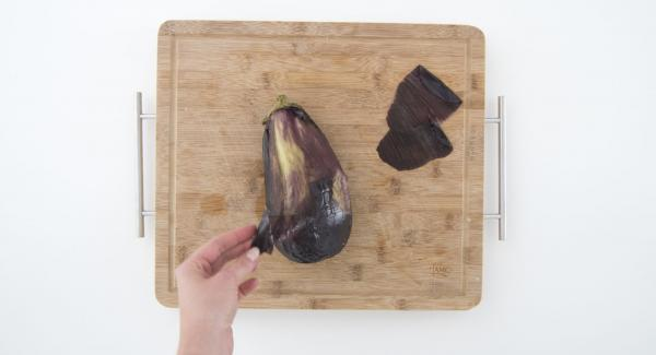 Remove Secuquick and peel the eggplant, cut it into pieces and put it in a bowl.