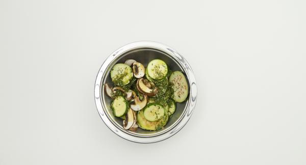 Clean the zucchini, eggplant and mushrooms. Cut everything into slices, pluck off rosemary and thyme leaves, chop finely and mix everything with 4 tablespoons of olive oil.