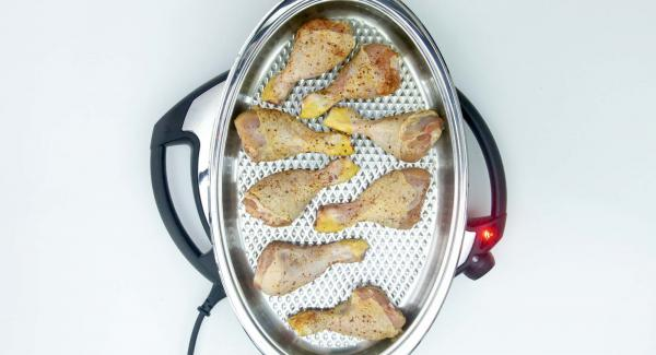 As soon as the Audiotherm beeps on reaching the roasting window, place the chicken thighs in the Oval Grill, close with the lid and roast until the turning point at 90 ºC is reached using the Audiotherm.