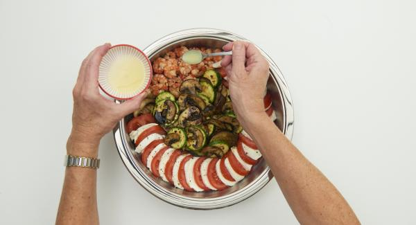 Add grilled vegetables and shrimps to the Cook & Serve and season with salt and pepper. Sprinkle vegetables with balsamic vinegar and shrimps with lime juice. Pluck the parsley leaves, cut finely and sprinkle over the shrimps.