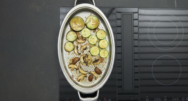 As soon as the Audiotherm beeps on reaching the roasting window, set stove at low level. Roast the shrimps on both sides until they turn red, remove them and roast all the vegetables in portions for a short time.