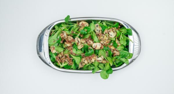 Mix the salad in a flat bowl with the marinade. Spread on plates, add bacon and mushrooms.