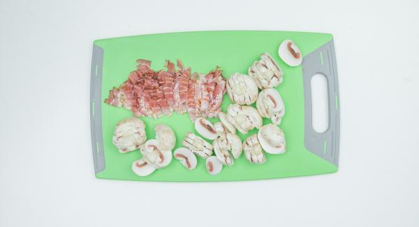 Cut the bacon into fine strips. Clean the mushrooms with a brush or towel and cut into small pieces.