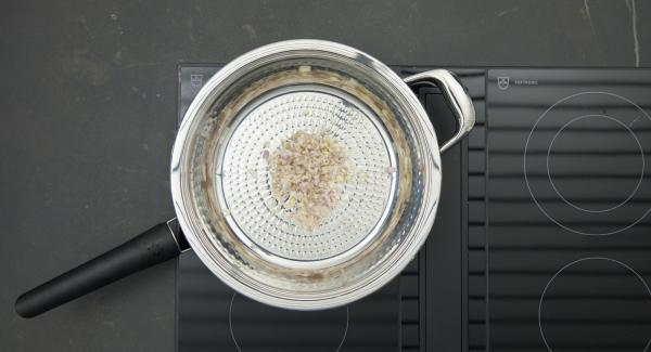 Put the shallots in HotPan. Put the lid on, place on stove and set at highest level. Switch on Audiotherm, fit it on Visiotherm and turn it until the roasting symbol appears.