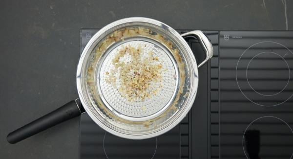 As soon as the Audiotherm beeps on reaching the roasting window, set at low level and briefly sweat the shallots, deglaze with broth or bouillon and wine.