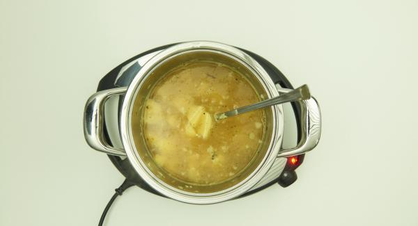 As soon as the Audiotherm beeps on reaching the roasting window, set at level 3 and roast the mixture for approx. 2 minutes, turning occasionally. Add broth and stir.