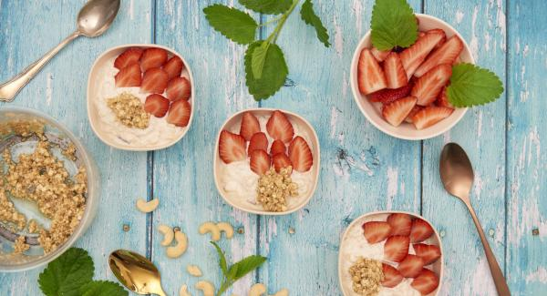 Mix the muesli again, spread the crispy nut mixture on top and arrange the strawberries on top.