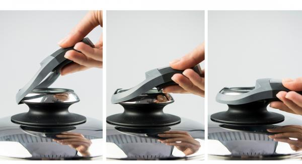 """Place combi sieve insert on pot, place EasyQuick with sealing ring 24 cm on top. Place pot on Navigenio and set to  """"A"""", enter approx. 5 minutes cooking time in the Audiotherm, fit it on Visiotherm and turn it until the steam symbol appears."""