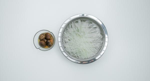 Soak rice noodles and mushrooms in water.