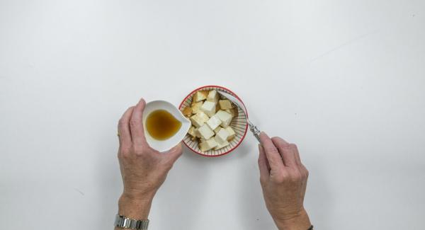 Drain the tofu well and catch the soy sauce. Mix tofu with sesame oil, roast in portions and remove.
