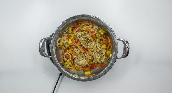 Add the prepared vegetables and roast while stirring. Stir in the noodles and mix everything with the soy sauce and chilli sauce.