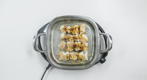 Turn the skewers, switch off Navigenio, cover the skewers and let them simmer for about 5 minutes.