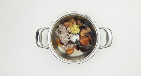 Put the frozen plums in a saucepan. Add the plum wine and sprinkle with sugar, shallots and ginger cubes.