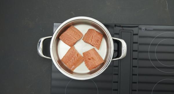 As soon as the Audiotherm beeps on reaching the roasting window, set at low level and put salmon in pot.