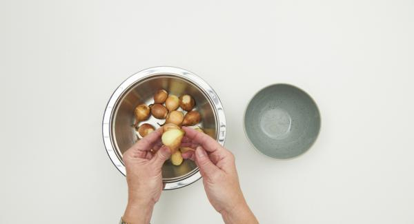 Cut off the root of the onions, pour boiling water over the onions, leave to stand for approx. 1 minute, quench, peel and halve.