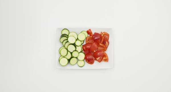 Clean the zucchini and pepper, slice them or cut them into flat pieces. Mix everything with olive oil.