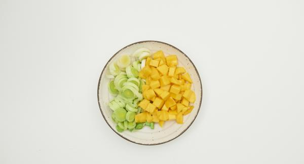 Clean the leeks and cut into rings. Peel the mangos, cut the flesh from the stone and cut into cubes.