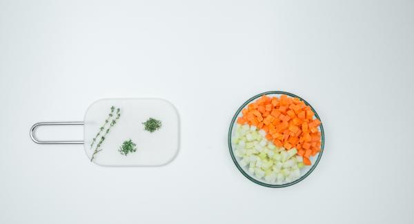 Peel the carrots and kohlrabi and cut into small cubes. Pluck and chop the thyme leaves.