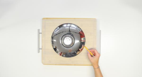 Cut out a circle from baking paper using the lid 24 cm.