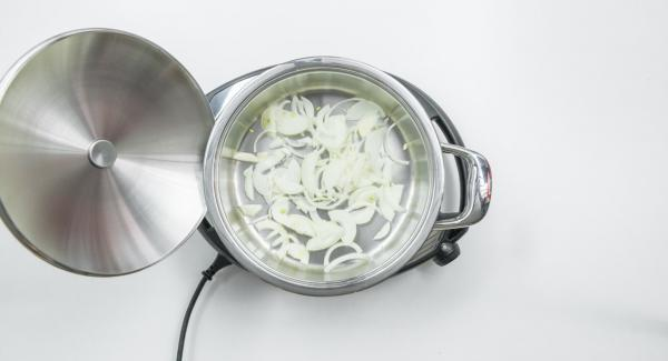 Take onions in a pot, cover with lid, place on Navigenio and set it at level 6. Switch on Audiotherm, fit it on Visiotherm and turn it until the roasting symbol appears.