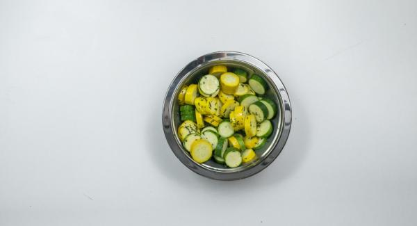 Wash zucchini and cut into slices. Pluck thyme and rosemary leaves and chop them finely. Mix zucchini slices, herbs, lemon juice, olive oil and pepper and marinate approx. 30 minutes.
