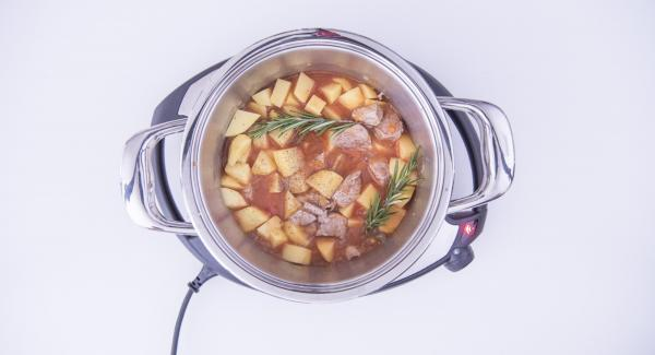 As soon as the Audiotherm beeps on reaching the roasting window, add meat and stir everything. Add white wine, potatoes, Beef stock, tomato paste, rosemary and flour. Flavour with salt and pepper.