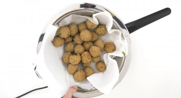 As soon as the Audiotherm beeps, when it reaches 90 °C, turn the balls and finish cooking until light brown. Drain and dry on kitchen paper and serve hot.