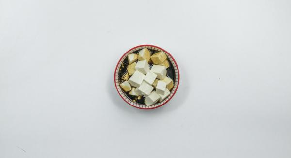 Cut the tofu into small cubes and mix with soy sauce. Cook the noodles in salted water for approx. 5 minutes (according to package instructions) until al dente and drain well.