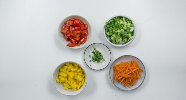 Clean the bell peppers and cut into small cubes. Clean the spring onions and cut them diagonally into rings. Peel the carrots and cut them into thin strips. Pluck the coriander leaves and chop finely.
