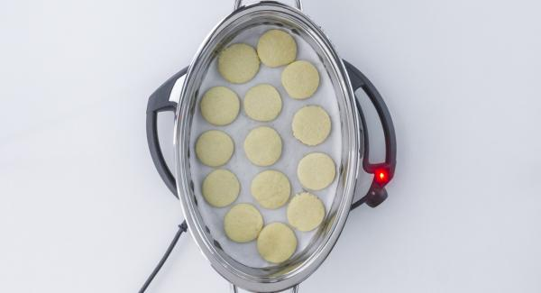 As soon as the Audiotherm beeps on reaching the carrot window, turn  the biscuits, enter approx. 1 minute cooking time in the Audiotherm and turn it until the carrot symbol appears.