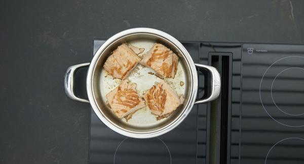 Roast until the turning point at 90 °C has been reached using the Audiotherm. Turn the salmon over, switch off the hob and leave to stand for approx. 3 minutes with the lid on.