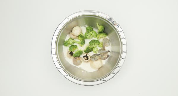Turn shrimps, mushrooms and broccoli in the remaining flour mixture. As soon as the Audiotherm beeps on reaching the roasting window, set at level 3. Pull the first portion of the roast food through the tempura dough and put it directly into the Wok.