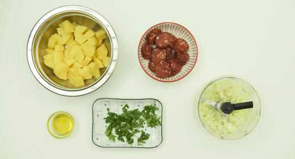 Peel and dice the potatoes and mix with the olive oil. Cut the chorizo into slices. Peel onion and garlic and chop in Quick Cut. Pluck the parsley leaves and cut into small pieces.