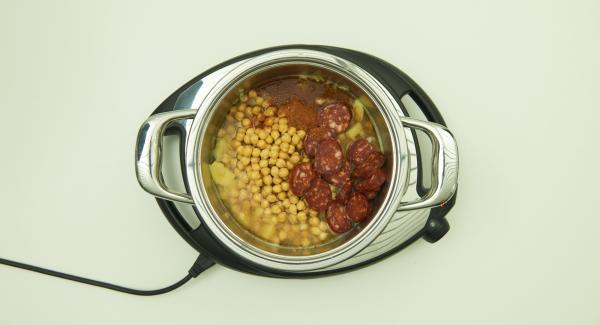 Add the chickpeas together with the soaking water, chorizo and Intenso. Mix everything well and close with the Secuquick softline.