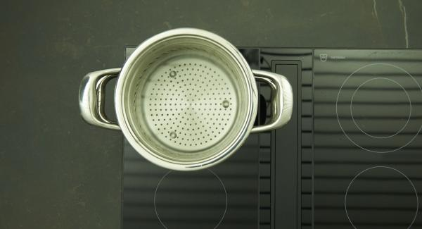 Fill the pot with water using the NonSoloPasta insert and place the lid on it. Put it on the hob, set it to the highest level and bring the water to the boil. Add salt and pasta and cook for approx. 7 minutes (according to package instructions) until al dente.