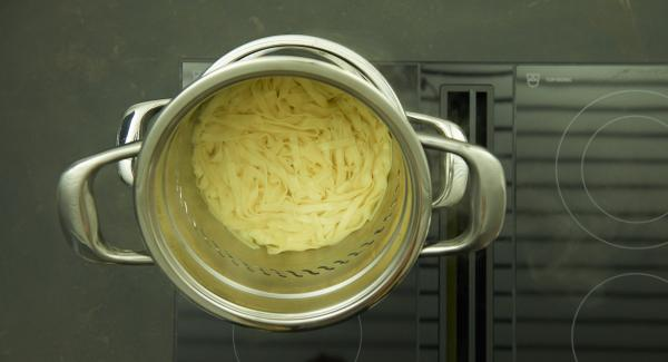 Remove the NonSoloPasta insert from the pot and drain. Mix sauce and noodles and refine with parmesan.