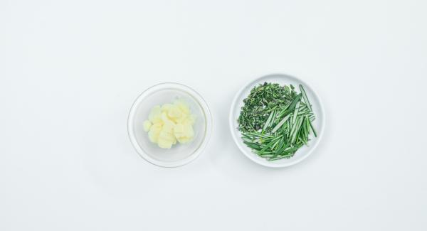 Peel the garlic and cut into slices. Pluck herb twigs into small pieces. Mix everything with the olive oil.