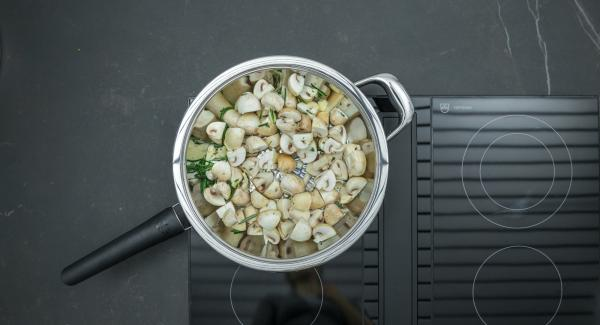 As soon as the Audiotherm beeps on reaching the roasting window, set hob to a low level, add the prepared mushrooms and roast for approx. 2 minutes.