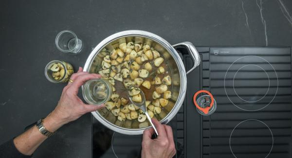 Pour the mushrooms into clean jars and spread the broth over them.