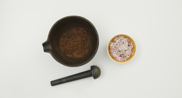 Put the coffee beans, salt, AMC Cho-Co (or cocoa powder) and AMC Intenso (or chili flakes) into a mortar and grind finely. Peel and finely chop the shallots.